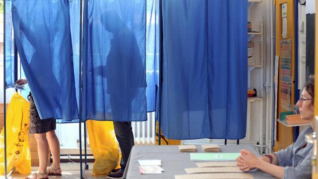 Des Français dans un bureau de vote [Frank Perry / AFP/Archives]