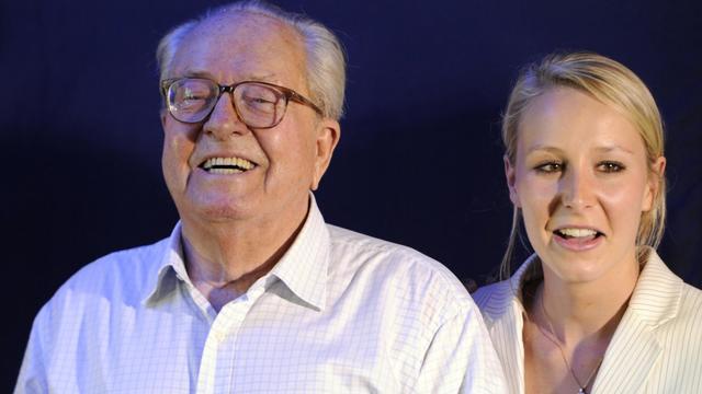 Jean-Marie Le Pen, président d'honneur du Front National et sa petite-fille, Marion Maréchal-Le Pen, le 17 juin 2012 à Carpentras, dans le sud de la France [Boris Horvat / AFP/Archives]