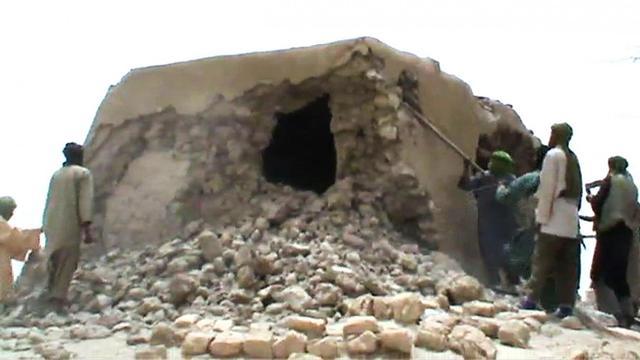 Capture d'écran d'une vidéo montrant des islamistes détruisant un mausolée à Tombouctou, le 1er juillet 2012 [ / AFP/Archives]