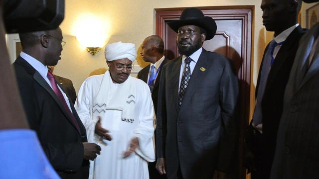 Les présidents du Soudan Omar el-Béchir (en blanc) et du Soudan du Sud Salva Kiir (au chapeau) le 14 juillet 2012 à Addis Abeba [Jenny Vaughan / AFP/Archives]