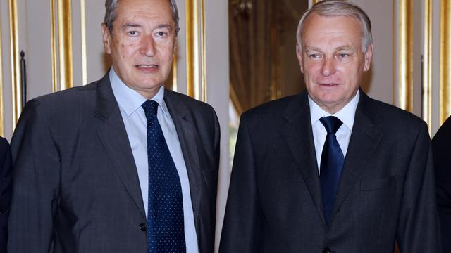 Le président de l'Association des maires de France (AMF), l'UMP Jacques Pélissard et le Premier ministre Jean-Marc Ayrault (d), le 19 juillet 2012 à Paris [Francois Guillot / AFP/Archives]