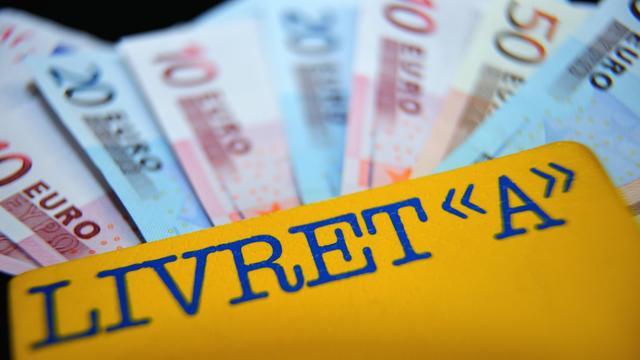 Un carnet de Livret A et des billets de banque [Philippe Huguen / AFP/Archives]