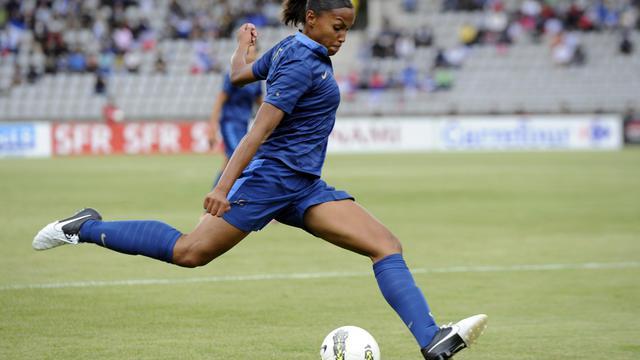 L'attaquant française Marie-Laure Délie face au Japon lors d'un tournoi pré-olympique à Paris, le 19 septembre 2012. [Bertrand Guay / AFP/Archives]