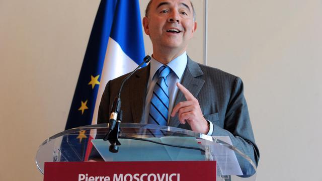 """Le ministre de l'Economie et des Finances Pierre Moscovici a promis mardi qu'il prendrait à la fin du mois """"des mesures appropriées"""" pour enrayer la hausse des prix des carburants, après une réunion le 28 août avec les responsables du secteur pétrolier.[AFP]"""