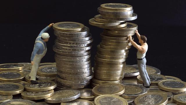 La révision en nette baisse des espoirs de croissance annoncée dimanche par François Hollande impose à la France, pour réduire son déficit, des efforts supplémentaires qui à leur tour vont freiner l'activité du pays et augmenter le chômage, estiment des économistes. [AFP]