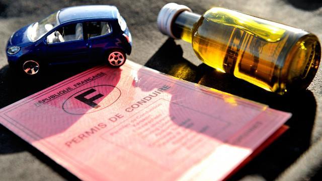 Un retraité de l'Yonne a été trahi par son goût immodéré de l'alcool de prune: après un banal accrochage, les policiers l'ont embarqué au poste pour conduite en état d'ivresse (plus de trois grammes par litre de sang) et ont découvert qu'il roulait depuis 42 ans sans permis.[AFP]
