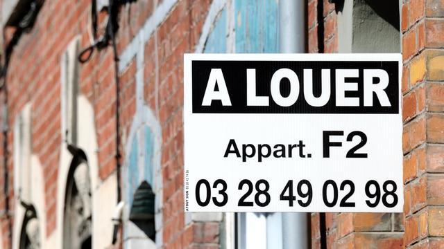 Une affichette proposant une location est fixée sur la façade d'un immeuble, le 01 août 2012 à Armentiéres [Philippe Huguen / AFP/Archives]