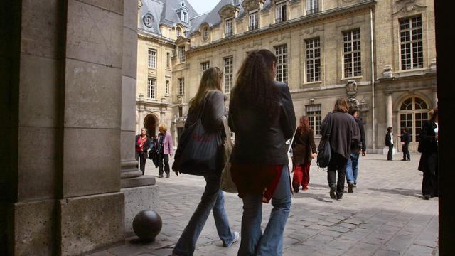 """Quand on a des parents peu instruits, on a une moindre probabilité d'accéder à des études supérieures et donc de décrocher un diplôme permettant de mieux s'en sortir en période de crise, relève mardi l'OCDE dans son rapport annuel """"Regards sur l'éducation"""". [AFP]"""