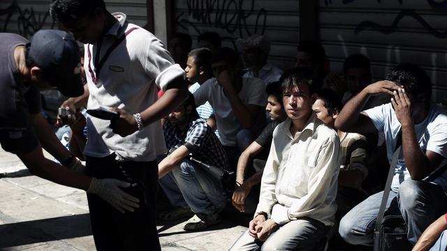 Un groupe d'immigrants est retenu par la police, le 5 août 2012 dans le centre d'Athènes [Angelos Tzortzinis / AFP/Archives]