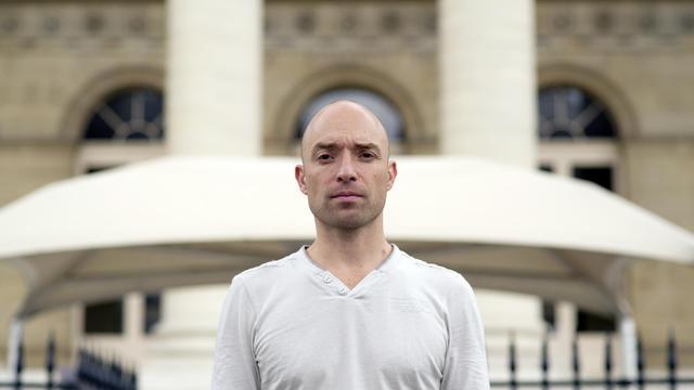 Pierre-Emmanuel Neurohr pose le 7 août 2012 à Paris, au lendemain de son interpellation après avoir tenté d'empêcher un avion de décoller de l'aéroport international de Roissy. [Lionel Bonaventure / AFP/Archives]