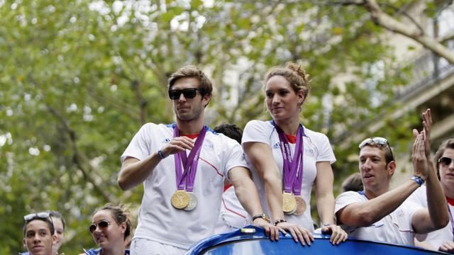 Clément Lefert (à gauche), Camille Muffat et Alain Bernard, paradent avec leurs médailles olympiques le 13 août 2012 à Paris. [Kenzo Tribouillard / AFP]