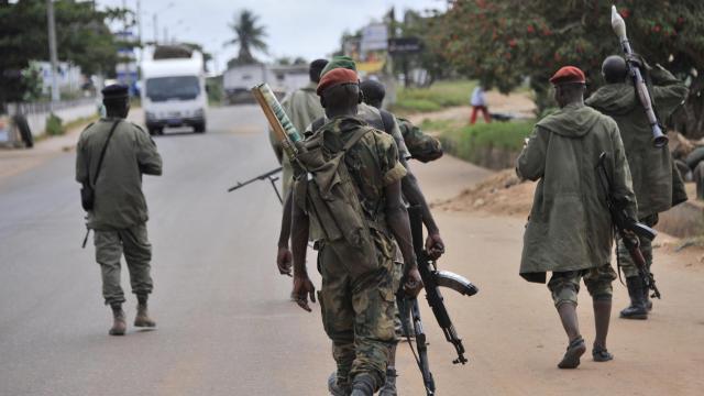 Des soldats ivoiriens patrouillent dans le sud de la Côte d'Ivoire après des attaques visant les forces de sécurité, en août 2012 [Sia Kambou / AFP/Archives]
