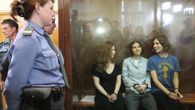 Maria Alyokhina, Yekaterina Samutsevich, et Nadezhda Tolokonnikova les trois jeunes de  Pussy Riot lors de leur procès le 17 août 2012 à Moscou [ / AFP/Archives]