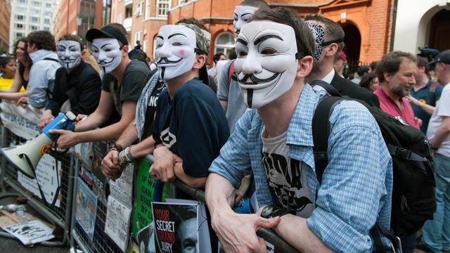 Le collectif de pirates informatiques Anonymous a revendiqué mardi des attaques sur des sites internet du gouvernement britannique, en représailles à la gestion par Londres du cas Julian Assange, retranché dans l'ambassade d'Equateur au Royaume-Uni.[AFP]