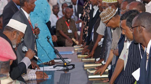 Le Parlement récemment désigné a commencé à voter lundi à Mogadiscio pour élire un président de la Somalie, dans le but de rétablir une autorité centrale dans un pays en guerre civile qui en est dépourvu depuis 21 ans, a constaté l'AFP. [AFP]