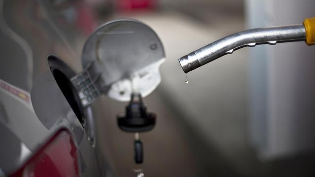 La baisse des prix des carburants annoncée la semaine dernière par le gouvernement a été constatée à la pompe par 65% des Français, selon un sondage Ifop réalisé pour Radio Alouette et rendu public jeudi. [AFP]