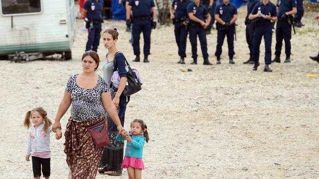 Un campement regroupant environ 200 Roms installés sur un terrain à Villeneuve-le-Roi, dans le Val-de-Marne, était en cours d'évacuation par la police mardi matin. [AFP]