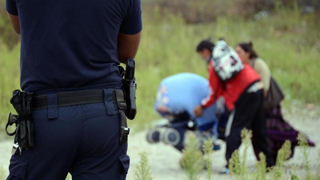 Un policier surveille l'évacuation d'un camp rom près de Lyon [Philippe Desmazes / AFP/Archives]