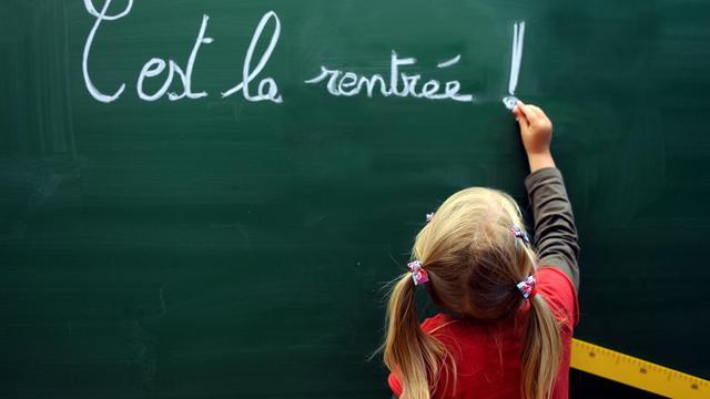 Une élève s'applique au tableau pour la rentrée des classes, à Béthune.