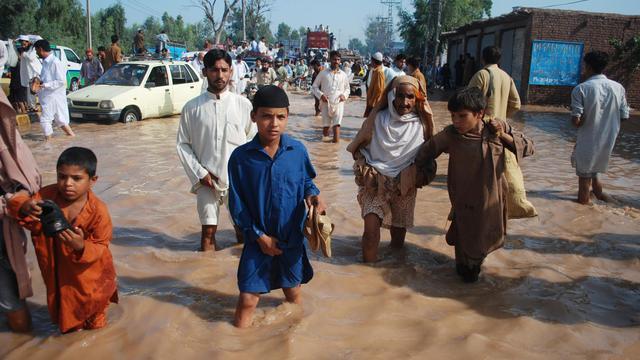 Des Pakistanais traversent une rue de Peshawar, le 28 août 2012 [Hasham Ahmed / AFP/Archives]
