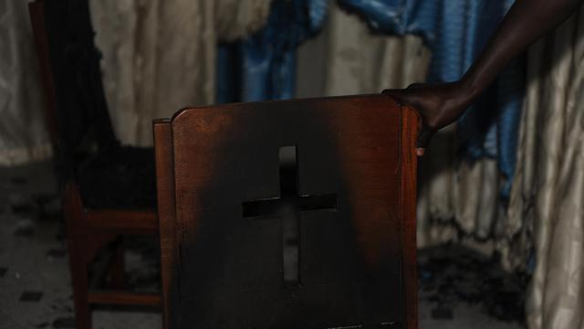 Une chaise brûlée au cours de violences commises dans une église au Kenya, en août 2012 [Simon Maina / AFP/Archives]