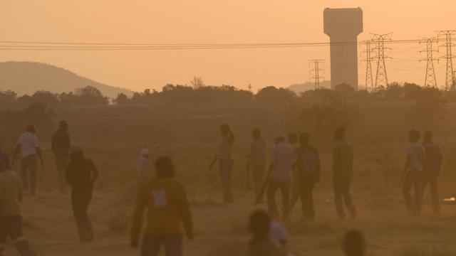 Des ouvriers grévistes devant la mine de Lonmin, le 29 août 2012 à Marikana [Rodger Bosch / AFP/Archives]