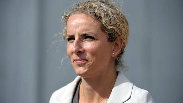 """La ministre de l'Ecologie et de l'Energie Delphine Batho a démenti catégoriquement mercredi que le gouvernement s'apprête à """"entrouvrir la porte"""" à l'exploration expérimentale des gaz de schiste, comme le laissait entendre un article paru dans Le Figaro. [AFP]"""