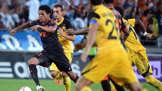 L'attaquant français de Marseille Loic Remy (noir) conduit son ballon poursuivi par plusieurs joueurs du Sheriff Tiraspol en C3, le 30 août 2012 [Gerard Julien / AFP/Archives]