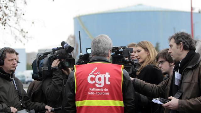 Le tribunal de commerce de Rouen a mis mardi sa décision en délibéré au 2 octobre concernant l'avenir de la raffinerie Petroplus de Petit-Couronne en redressement judiciaire depuis janvier, a-t-on appris auprès de la direction et de l'intersyndicale CGT-CFDT-CFE/CGC.[AFP]