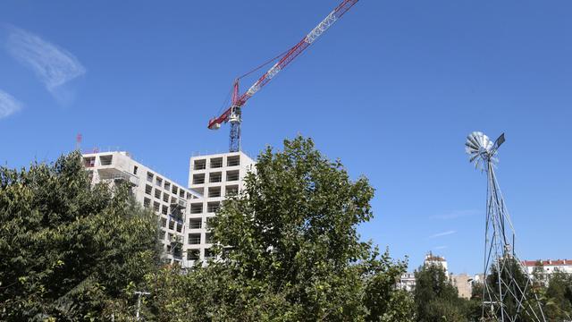 """Alors que tous les signaux du secteur ont viré au """"rouge"""", le gouvernement table sur une loi permettant de céder plus facilement des terrains de l'Etat pour relancer la construction de logements, une mesure jugée positive, bien qu'insuffisante, par les professionnels.[AFP]"""