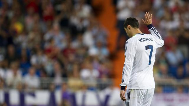 """L'attaquant portugais du Real Madrid Cristiano Ronaldo a assuré mardi que sa """"tristesse"""" n'était pas liée à des questions d'argent et que sa """"motivation, son dévouement, son investissement et son envie de gagner toutes les compétitions"""" n'en seraient pas affectés.[AFP]"""