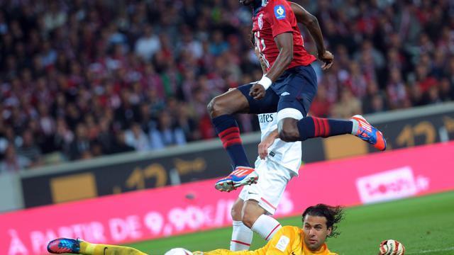 Le Lillois Salomon Kalou lutte pour la ballon avec le gardien du Paris SG Salvatore Sirigu, le 2 septembre 2012, à Villeneuve-d'Ascq. [Francois Lo Presti / AFP]