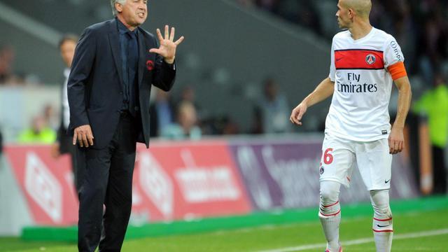 L'entraîneur parisien Carlo Ancelotti parle avec le défenseur Christophe Jallet, lors d'un match de L1 contre Lille, le 2 septembre 2012 à Villeneuve d'Ascq. [Philippe Huguen / AFP]