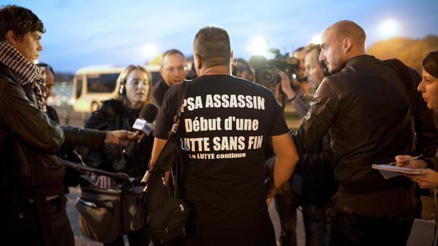 """Les ouvriers de PSA Peugeot-Citroën affluaient mardi matin à l'usine d'Aulnay-sous-Bois, doutant qu'un rapport sur le groupe, qui doit être publié dans la matinée, """"changera quoi que ce soit"""" à la fermeture prévue de leur usine. [AFP]"""