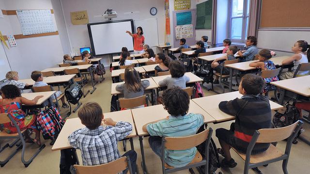 Un enseignant accueille des élèves dans une classe à Bordeaux, le 4 septembre 2012 [Pierre Andrieu / AFP/Archives]