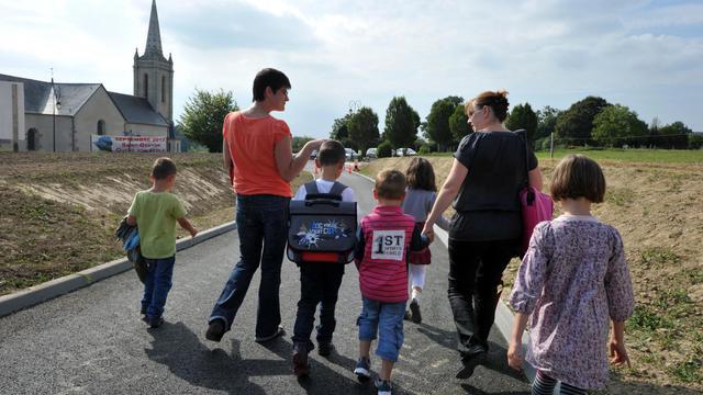 Un petit village d'Ille-et-Vilaine, Saint-Ganton, dont la dernière école avait fermé en 1979, a connu mardi sa première rentrée scolaire depuis 33 ans, dans une école construite en partie par les parents d'élèves, a-t-on appris auprès de la mairie et du rectorat.[AFP]