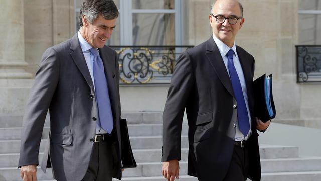 Le ministre délégué au Budget Jérôme Cahuzac sort de l'Elysée avec Pierre Moscovici, le 5 septembre 2012  à Paris [Patrick Kovarik / AFP/Archives]