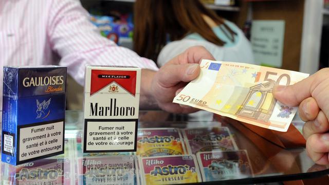 Un homme achète des cigarettes, à Toulouse, en septembre 2012 [Pascal Pavani / AFP/Archives]
