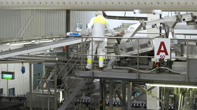 Un ouvrier dans une usine d'eau minérale Evian, le 7 septembre 2012 à Evian-les-Bains, dans l'est de la France [Miguel Medina / AFP/Archives]