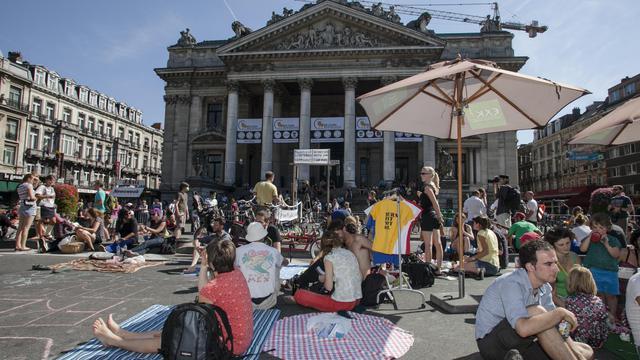 Pique-nique devant la Bourse de Bruxelles, sur le boulevard Anspach, le 9 septembre 2012, pour arrêter le trafic automobile [Olivier Vin / AFP]