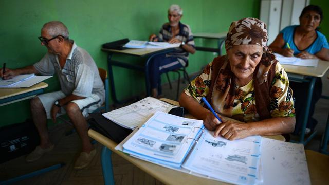 Courbée sur sa table d'écolière, Vinitka Natcheva s'applique à lire et à calculer dans une l'école délabrée d'un ghetto Rom en Bulgarie: à 73 ans, elle profite d'un programme d'été financé par des fonds européens visant à surmonter l'analphabétisme parmi les Tziganes. [AFP]