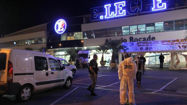 Des policiers recherchent des indices après l'attentat qui a visé un supermarché Leclerc, le 10 septembre 2012 à Ajaccio [Pascal Pochard-Casabianca / AFP/Archives]