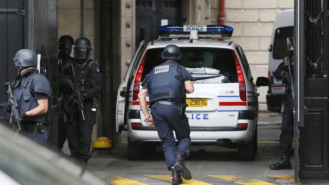 Des policiers surveillent l'arrivée d'un des frères de Mohamed Merah, à Toulouse, le 9 septembre 2012 [Kenzo Tribouillard / AFP]