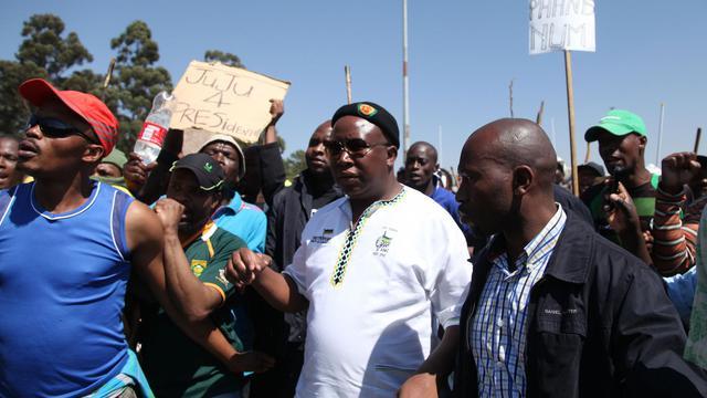 Julius Malema (c) arrive devant la mine de Carletonville, près de Johannesbourg, le 11 septembre 2012 [ / AFP/Archives]