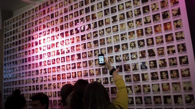 Des jeunes filles lors d'un évènement organisé par le site Adopteunmec.com [Fred Dufour / AFP/Archives]