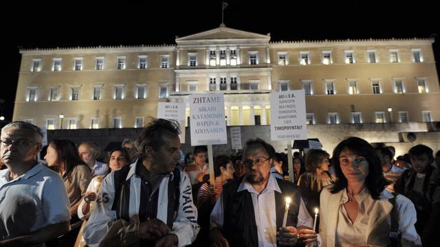 Maires et employés municipaux, instituteurs et médecins: plus de 2,000 Grecs ont manifesté mercredi à Athènes pour protester contre les nouvelles économies prévues dans leurs secteurs par un plan négocié avec l'UE et le FMI. [AFP]