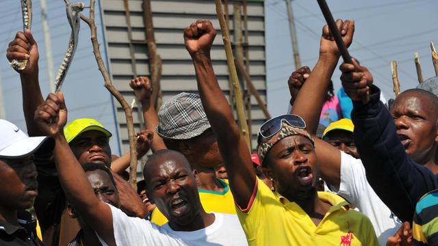 Des mineurs en grève d'Amplats appellent leurs collègues à cesser le travail le 12 septembre 2012 à Rustenburg [Alexander Joe / AFP/Archives]