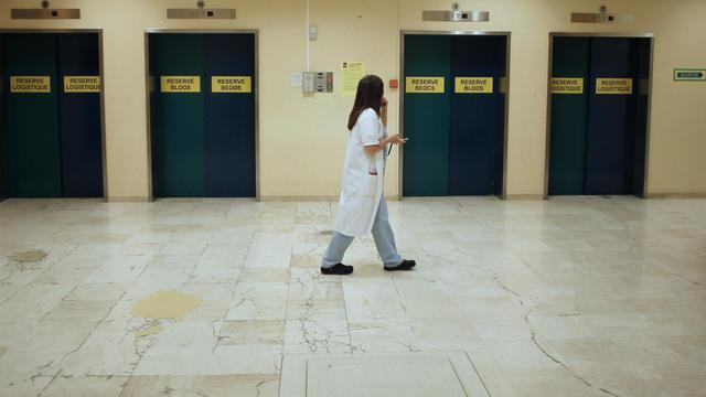 Une employée du couloir du CHU de Caen, le 12 septembre 2012 [Charly Triballeau / AFP/Archives]