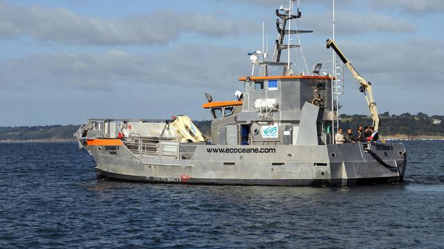 Photo prise le 13 septembre 2012, dans la rade de Brest, du catamaran dépollueur de l'entreprise Ecoceane, qui permet d'aspirer les nappes de pétrole entre ses coques [Fred Tanneau / AFP]
