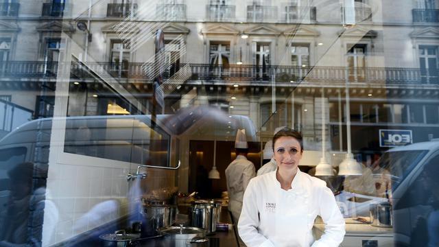La chef Anne-Sophie Pic vue depuis la rue dans la cuisine de son nouveau restaurant à Paris, le 13 septembre 2012 [Franck Fife / AFP]